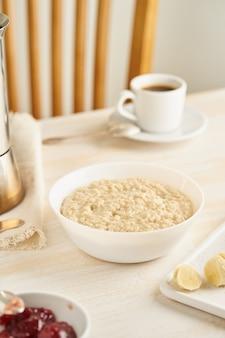 Hafermehl, große schüssel geschmackvoller gesunder brei zum frühstück, morgenmahlzeit