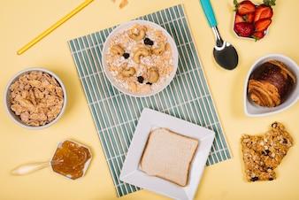 Hafermehl in der Schüssel mit Toast und Beeren auf Tabelle