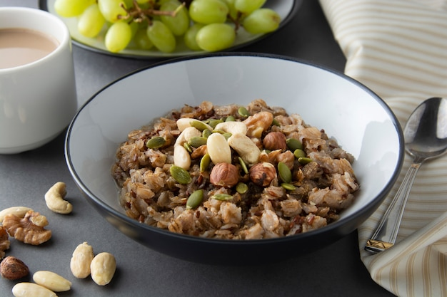 Hafermehl mit nüssen - walnüsse, chiasamen, kürbiskerne, honig und frische früchte, lokalisiert.