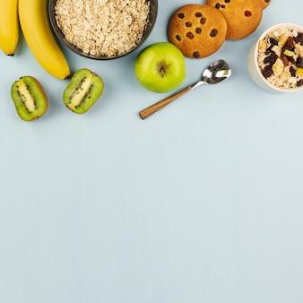 Hafermehlschüssel mit früchten auf einem blauen hintergrund
