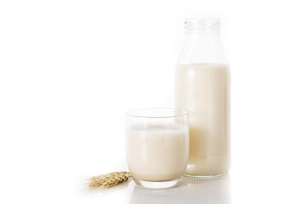 Hafermilch in einer flasche