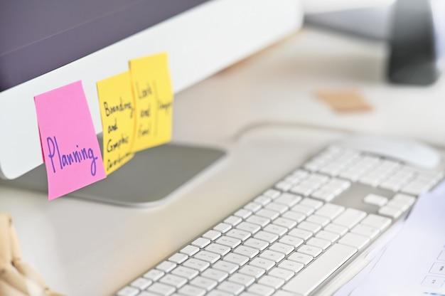 Haftnotiz auf computer-bildschirmanzeige mit planungsarbeitskraft.