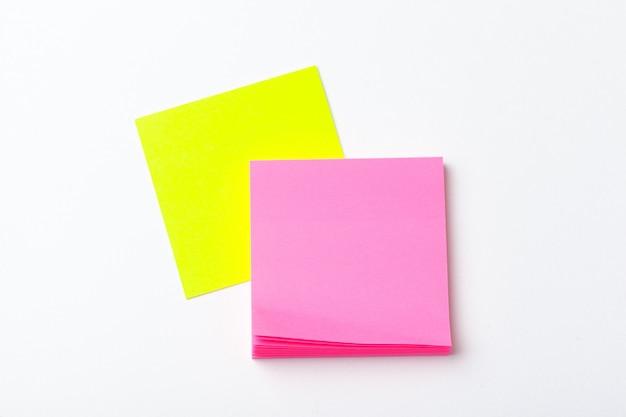 Haftnotizen von leuchtenden farben hautnah auf papier. schul- oder geschäftskonzept