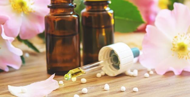 Hagebuttenextrakt in flaschen. homöopathie. selektiver fokusnatur