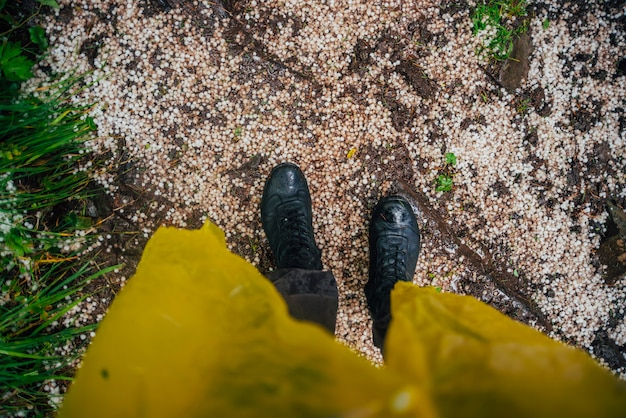 Hagelkörner unter den füßen
