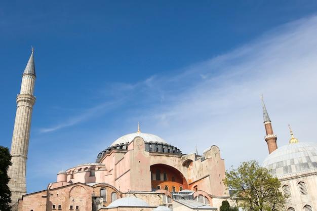 Hagia sophia kuppeln und minarette in der altstadt von istanbul, türkei