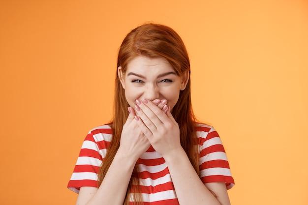 Haha sehr lustig albern zärtlich fröhlich rothaarige mädchen lachen kichern urkomisch witz abdeckung mundpresse ...