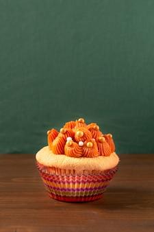 Haieistee-kleiner kuchen auf hölzernem brett und grünem hintergrund mit kopienraum