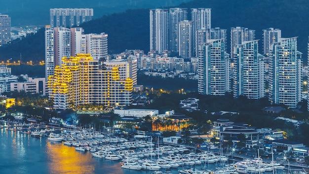 Haikou-stadt mit hohen modernen gebäuden am ufer des nandu