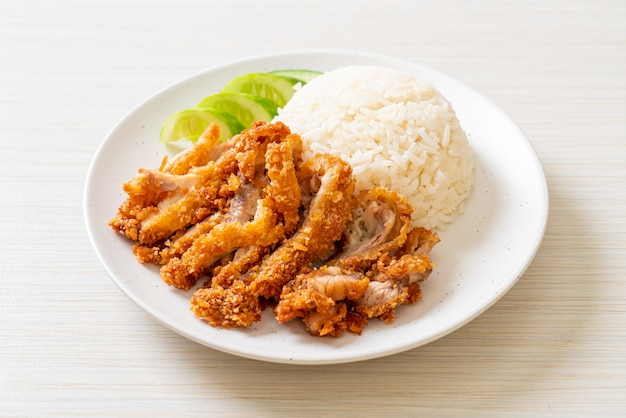 Hainaner hühnerreis mit gebratenem huhn oder reis gedämpfte hühnersuppe mit gebratenem huhn - asiatische art zu essen
