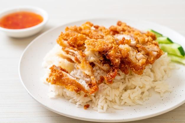 Hainaner hühnerreis mit gebratenem huhn oder reis gedämpfte hühnersuppe mit gebratenem huhn, asiatische lebensmittelart