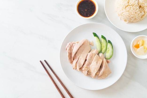 Hainanese hühnchenreis oder reis mit hühnersuppe gedünstet - asiatische küche