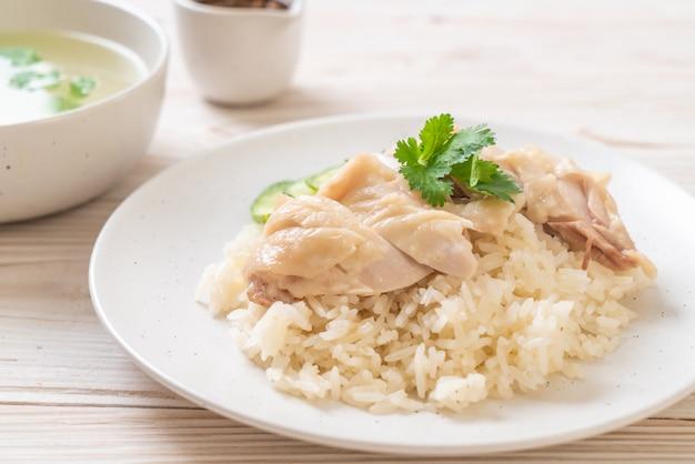 Hainanese-hühnerreis oder gedämpfter hühnerreis