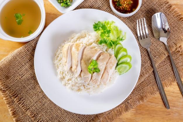 Hainanese kochte hühnerreis auf dem holztisch