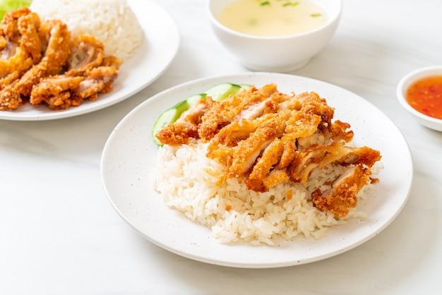 Hainanesischer hühnerreis mit gebratenem hühnchen oder reis-gedünstete hühnersuppe mit gebratenem hühnchen - asiatische küche