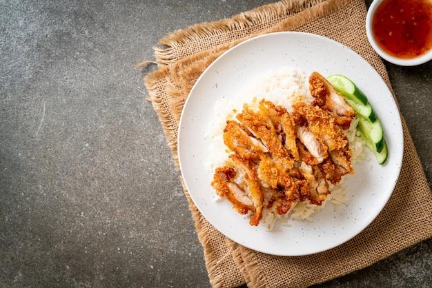 Hainanesischer hühnerreis mit gebratenem hühnerfleisch oder reis gedämpfte hühnersuppe mit gebratenem hühnerfleisch - asiatische küche