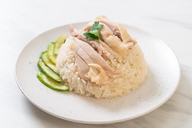 Hainanischer hühnerreis oder gedämpfter hühnerreis