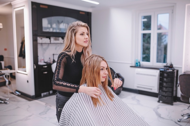 Hairstylist und kunde, die salon einlassen