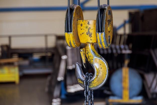 Haken für industriekran. hängekranhaken und kette im werk