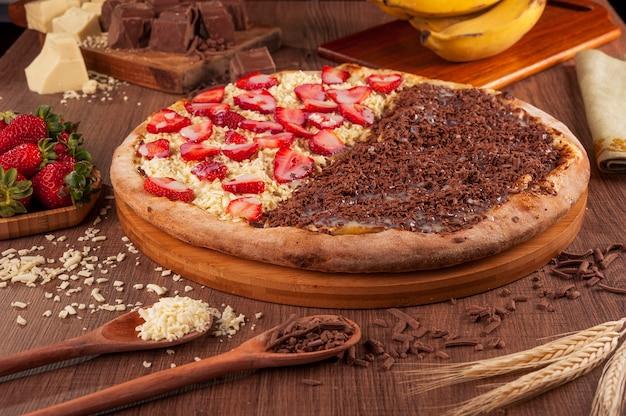 Halb bis halb pizza erdbeere mit weißer schokolade und banane mit schokolade