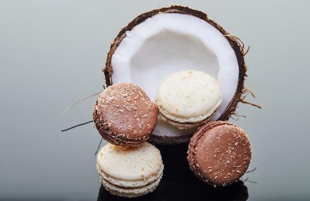 Halb frische kokosnuss mit makronen cho kokosgeschmack auf grau