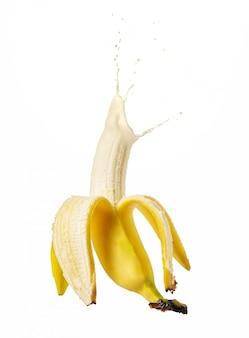 Halb geschälte banane isoliert