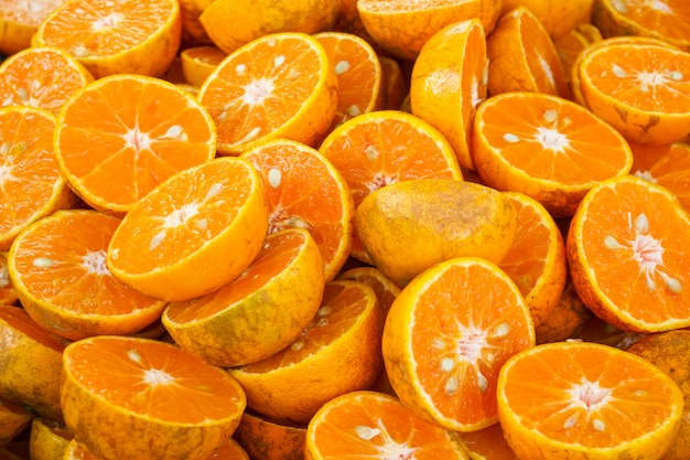 Halb geschnittene frische orangen, für orangensaft