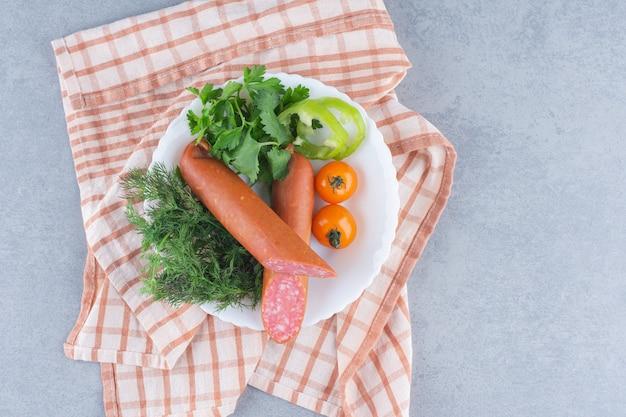Halb geschnittene salami auf weißem teller