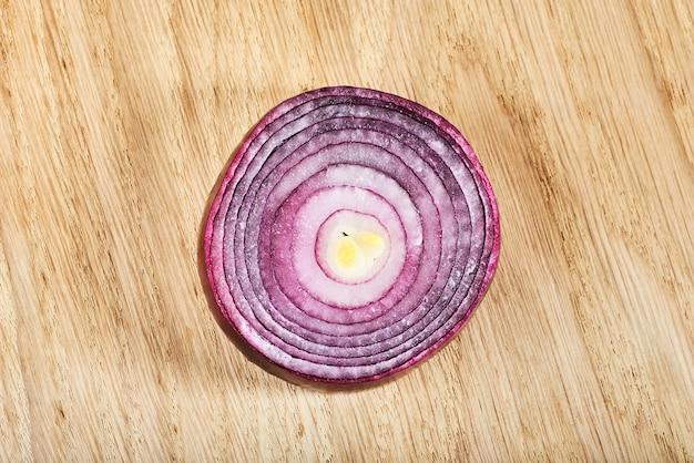 Halb rote zwiebel auf einem holz.