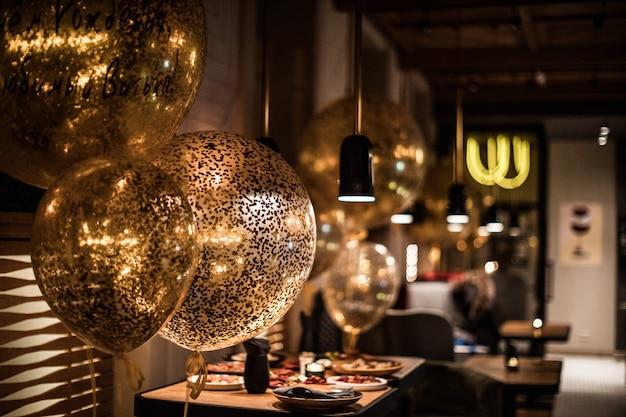 Halbbeleuchteter saal im loftstil in einem restaurant mit offener küche auf dem platz