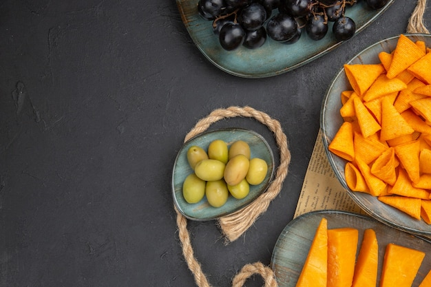 Halbe aufnahme der besten snacks auf einem alten zeitungsseil und auf schwarzem hintergrund