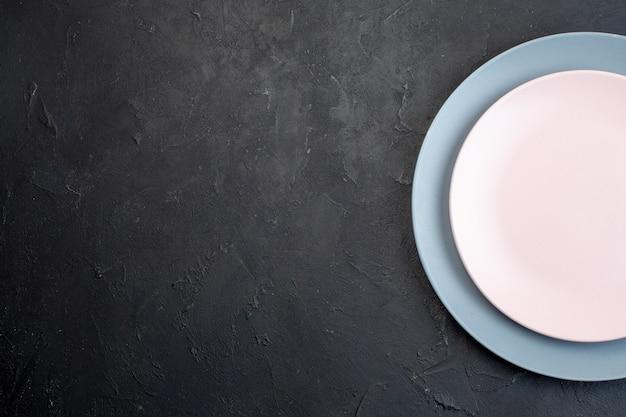 Halbe aufnahme von weißen und blauen keramikplatten auf schwarzem hintergrund mit freiem speicherplatz