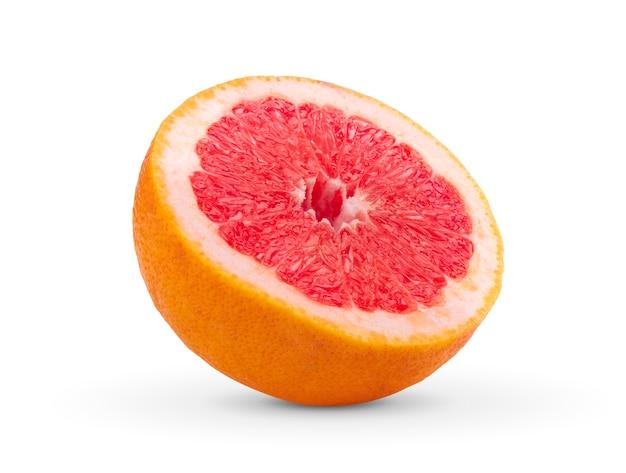 Halbe grapefruit auf weißem raum