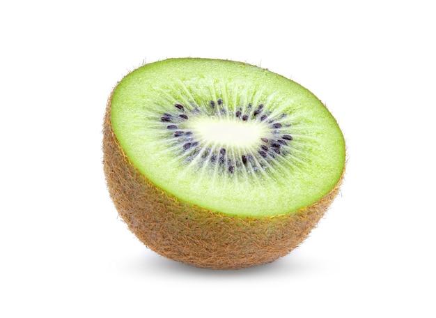Halbe kiwi lokalisiert auf weißem hintergrund