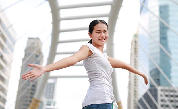 Halbe länge der jungen schönen asiatischen frau, die frei sich fühlt