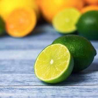 Halbe limette und bunte zitrusfrüchte an