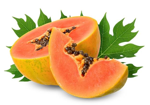 Halbe papaya der scheibe lokalisiert auf weißem beschneidungspfad