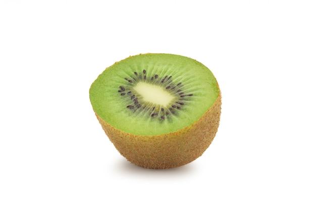 Halbe reife kiwi lokalisiert auf weiß