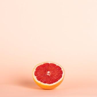 Halbe rote orange des hohen winkels mit kopieraum