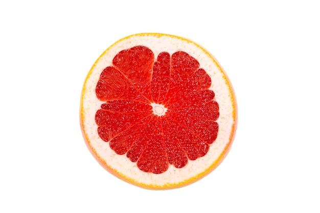 Halbe saftige grapefruit lokalisiert auf weißem hintergrund.