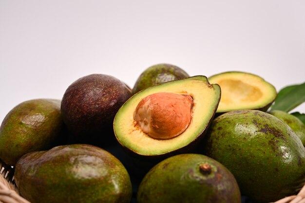 Halbe und ganze avocado isoliert auf weißem hintergrund.