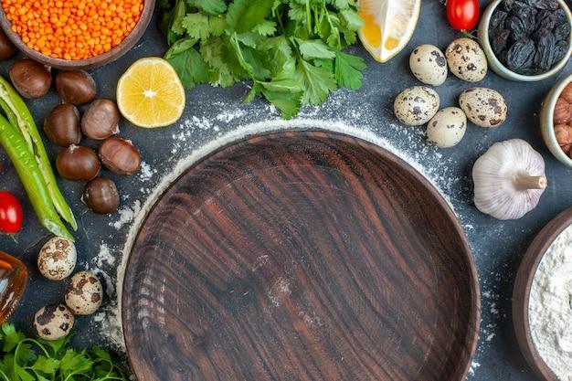 Halber schuss essen kochen mit eiern grün bündelt zitronen-knoblauch-zitrone und leeren braunen topf auf blau