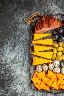 Halber schuss köstlichen besten snacks für wein auf braunem tablett auf der rechten seite auf eishintergrund