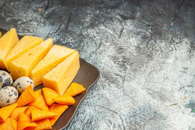 Halber schuss köstlichen besten snacks für wein, serviert auf braunem tablett auf grauem tisch
