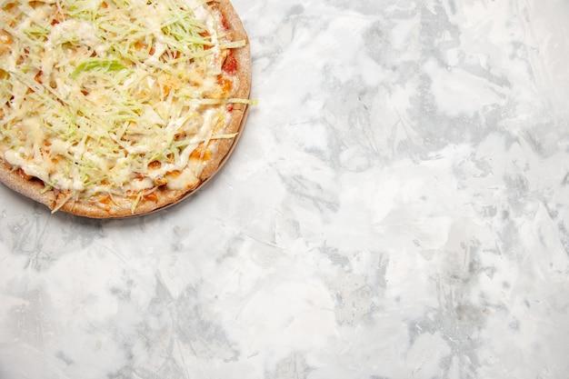 Halber schuss köstlicher hausgemachter veganer pizza auf fleckiger weißer oberfläche mit freiem platz
