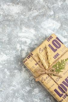 Halber schuss von schönem weihnachtsgeschenk auf eisfläche in vertikaler ansicht