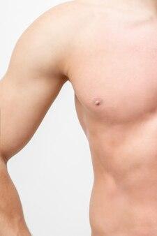 Halber teil torso des starken mannes mit glatter haut lokalisiert auf weiß