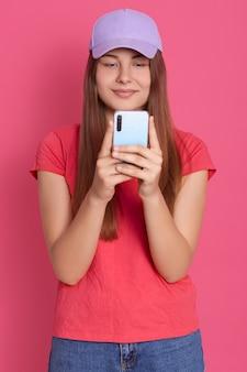 Halbes gesicht der frau, die modernes smartphone und sms hält