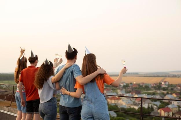 Halbhohe freunde feiern