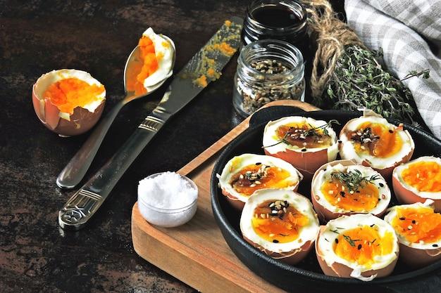 Halbierte gekochte eier mit muscheln